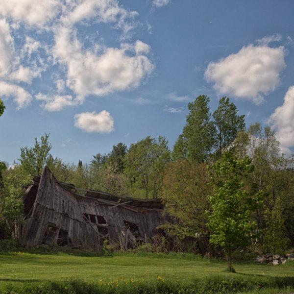 Une vieille grange attira notre attention pusiqu'elle tenait à peine debout.