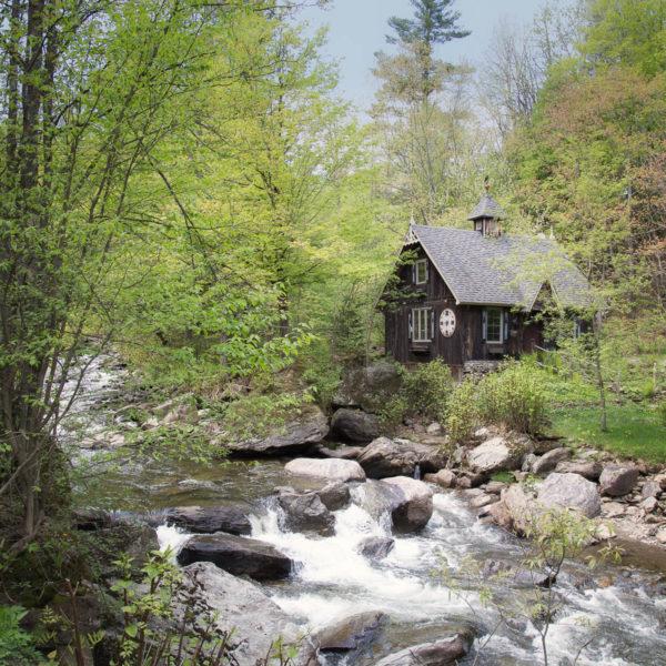 Un petit cours d'eau courait le long de la petite route et une petite maison inusités nous a fait un clin d'oeil.